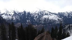 beautiful snow laden mountains in manali